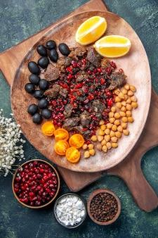 Bovenaanzicht lekker vlees plakjes gebakken maaltijd met fruit in plaat, schotel kleur voedsel keuken vlees