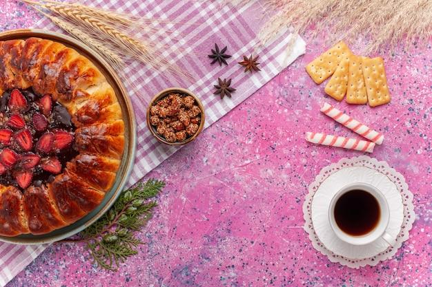 Bovenaanzicht lekkere aardbeientaart fruitige cake op de roze