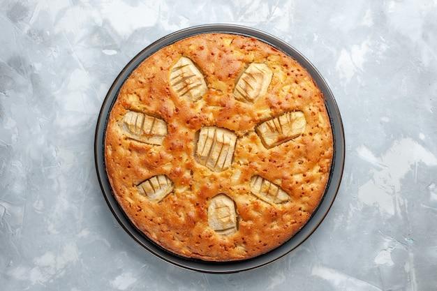Bovenaanzicht lekkere appeltaart zoet gebakken in pan op het witte bureau
