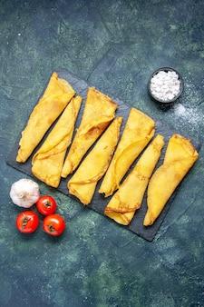 Bovenaanzicht lekkere gerolde pannenkoeken bekleed op donkere achtergrond deeg hotcake kleur maaltijd gebak taart zoete taart vlees