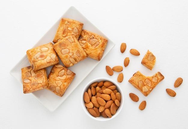 Bovenaanzicht lekkere koekjes met amandelen