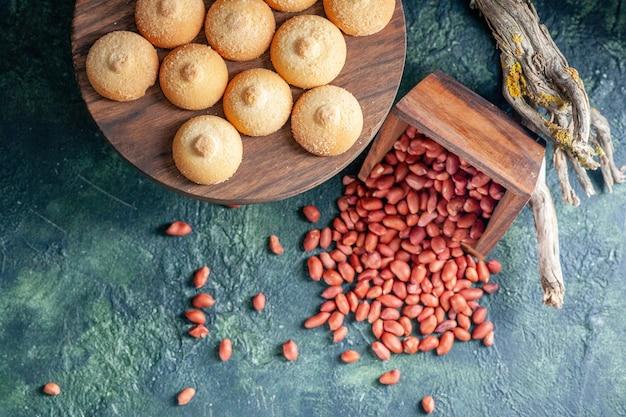 Bovenaanzicht lekkere koekjes met pinda's op donkerblauwe achtergrond koekjeskoekje zoete cake taart suiker kleur