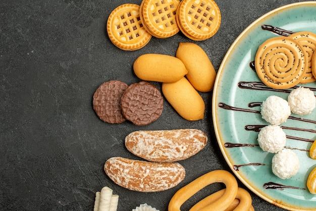 Bovenaanzicht lekkere koekjes met snoepjes en koekjes op grijze achtergrond