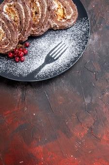 Bovenaanzicht lekkere koekjesbroodjes met fruit op donkere achtergrond