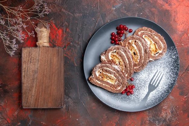 Bovenaanzicht lekkere koekjesbroodjes met fruit op een donker bureau