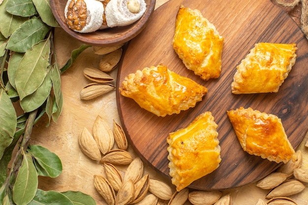 Bovenaanzicht lekkere notencake met noten op houten bureau