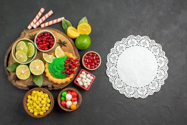 Bovenaanzicht lekkere romige cake met fruit op donkere achtergrond zoete koekkoekjesfoto