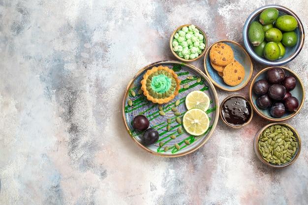 Bovenaanzicht lekkere romige cake met fruit op lichte achtergrond zoete snoep koekje