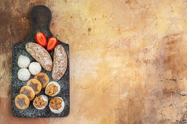 Bovenaanzicht lekkere snoepjes met koekjes op houten bureau