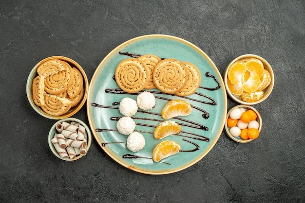 Bovenaanzicht lekkere suiker koekjes met snoepjes op grijze achtergrond