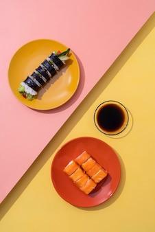 Bovenaanzicht lekkere sushi en sojasaus