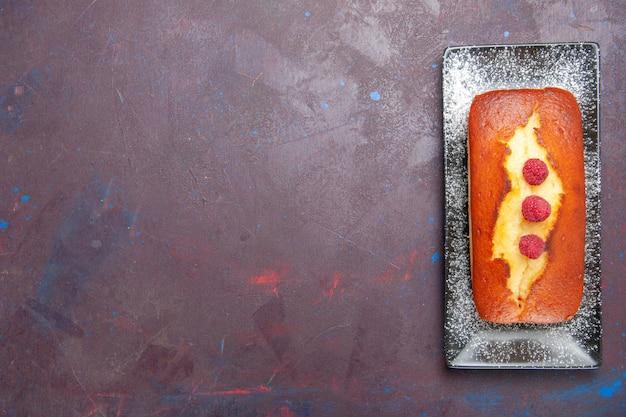 Bovenaanzicht lekkere taart lang gevormde binnenplaat op donkere oppervlakte cake suiker biscuit koekjes taart deeg zoet