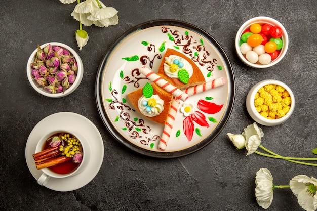 Bovenaanzicht lekkere taartplakken binnen ontworpen plaat op grijs