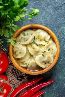 Bovenaanzicht lekkere vleesbollen met verse tomaten en greens op donkere ondergrond