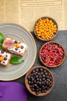 Bovenaanzicht lekkere wafelkoekjes met vers fruit op de donkere achtergrond