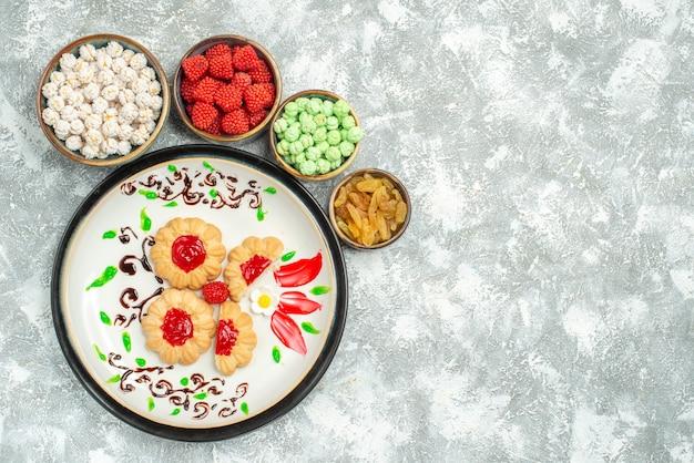 Bovenaanzicht lekkere zoete koekjes met snoepjes op wit