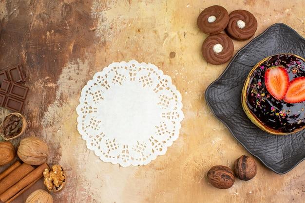 Bovenaanzicht lekkere zoete pannenkoeken met koekjes op houten bureau