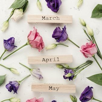 Bovenaanzicht lente maanden met rozen