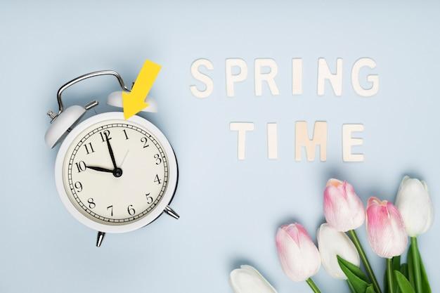 Bovenaanzicht lente tijd bericht naast bloemen