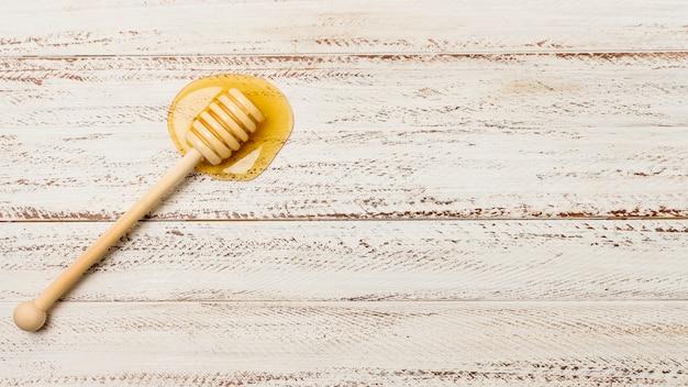 Bovenaanzicht lepel met honing vlek