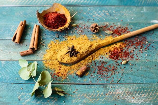 Bovenaanzicht lepel met indiase kruiden