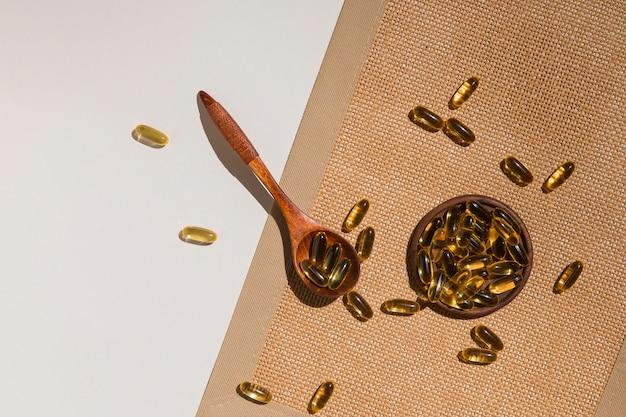 Bovenaanzicht lepel met medische capsules