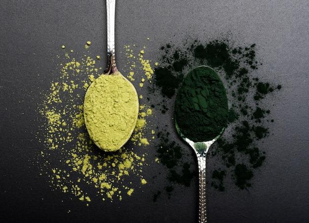 Bovenaanzicht lepels met biologische groene kruiden