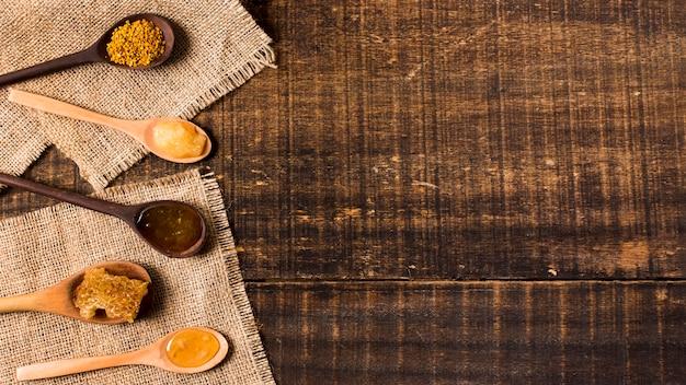 Bovenaanzicht lepels met honing