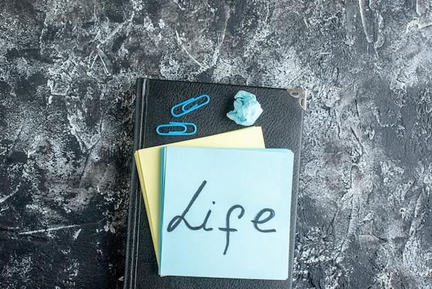 Bovenaanzicht leven geschreven notitie op grijze achtergrond