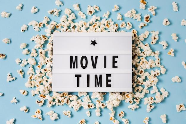Bovenaanzicht lightbox met popcorn op tafel