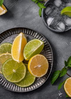 Bovenaanzicht limoen en citroen plakjes op plaat