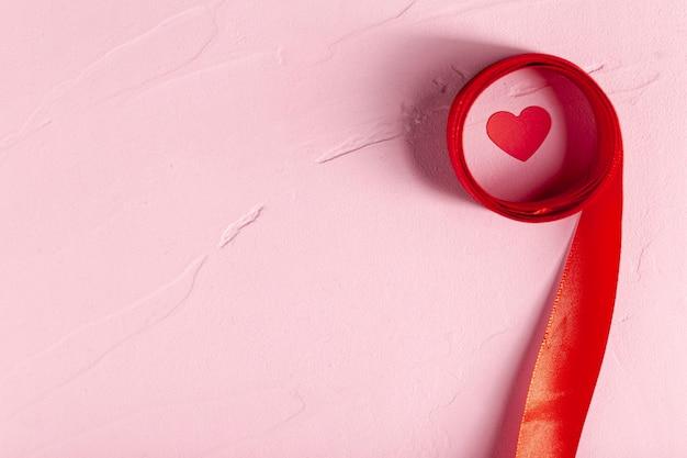 Bovenaanzicht lint rondom hart