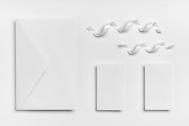 Bovenaanzicht linten en envelop arrangement
