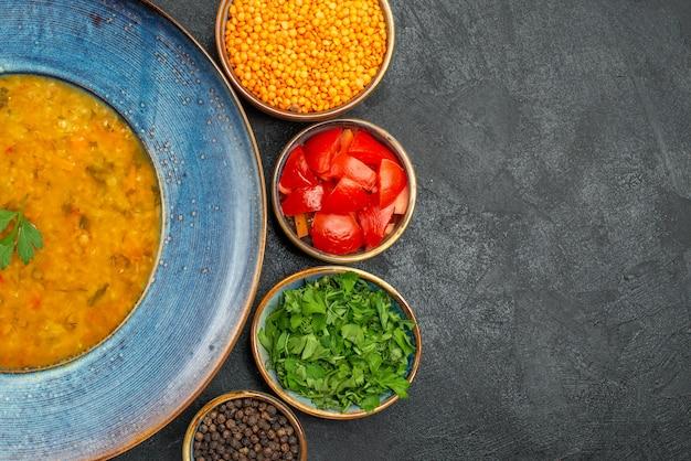 Bovenaanzicht linzensoep de smakelijke linzensoep kommen van tomaten, kruiden, linzen, kruiden