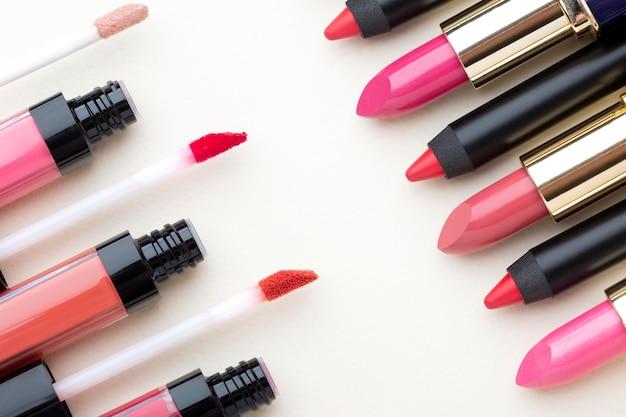 Bovenaanzicht lippenstift en lipgloss arrangement