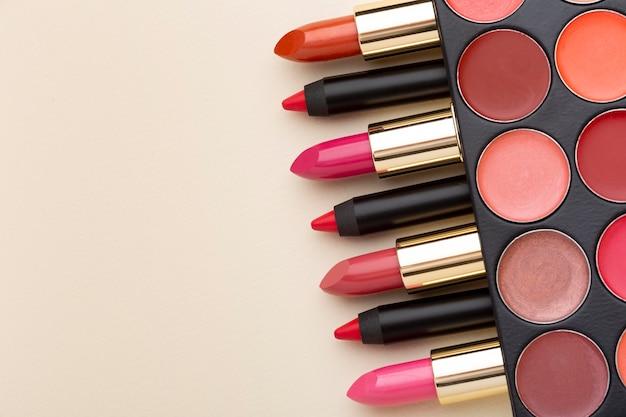 Bovenaanzicht lippenstiften met kopieerruimte Premium Foto