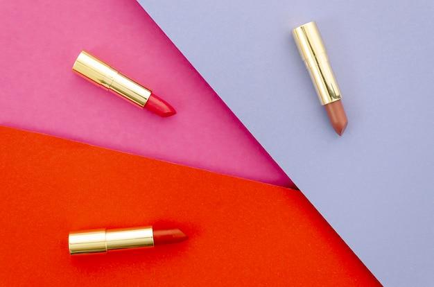 Bovenaanzicht lippenstiften op kleurrijke achtergrond