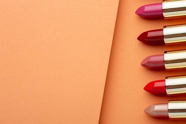 Bovenaanzicht lipsticks arrangement met kopie ruimte