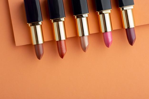 Bovenaanzicht lipsticks arrangement