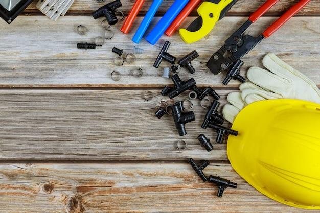 Bovenaanzicht loodgietersgereedschap op slangaansluitingen loodgietersgereedschap materialen inclusief koperen buis, elleboogverbinding, steeksleutel voor hoofdloodgieter