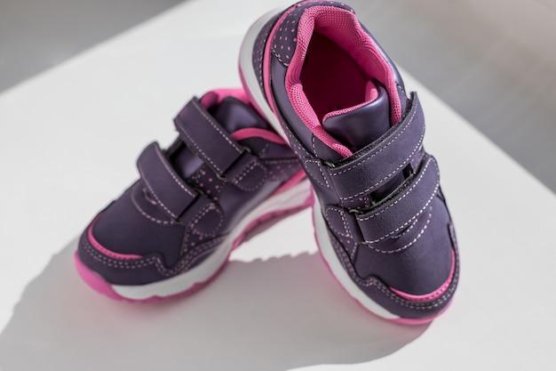 Bovenaanzicht loopschoenen met veters. paar sportschoenen, kinderen sneakers geïsoleerd