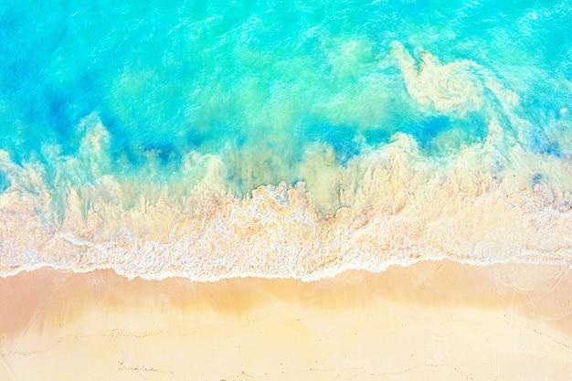 Bovenaanzicht luchtfoto drone foto van oceaan kust met prachtig turquoise water en schuim zee golven. caribische badplaats. vakantie reizen achtergrond.