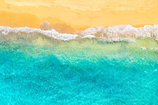 Bovenaanzicht luchtfoto drone foto van oceaan kust met prachtige turquoise water en zee golven. caribische badplaats. vakantie reizen achtergrond.