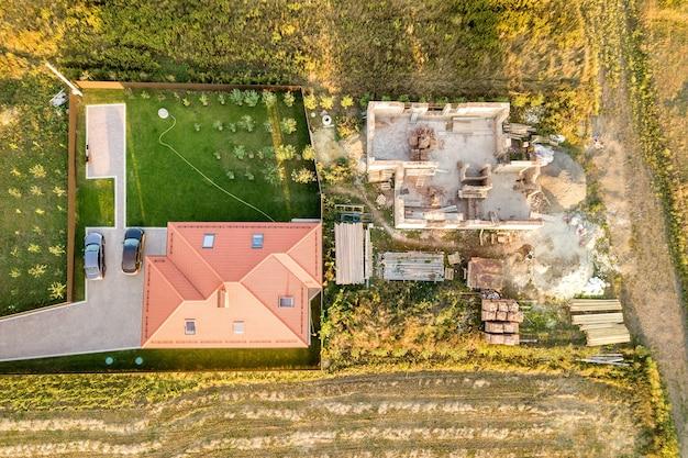 Bovenaanzicht luchtfoto van twee privé huizen