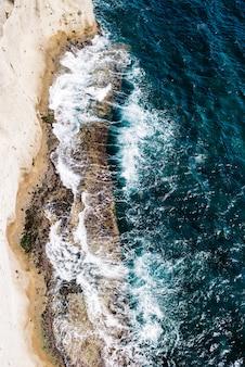 Bovenaanzicht luchtfoto van vliegende draak van een prachtig prachtig zee landschap met turkoois water. perfecte website achtergrond