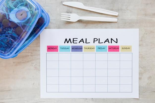 Bovenaanzicht maaltijdcontainer met planner