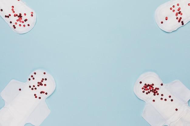 Bovenaanzicht maandverband met rode pailletten