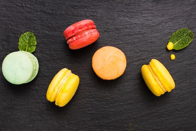 Bovenaanzicht macarons op tafel