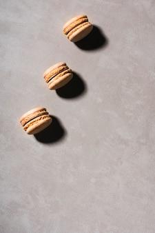 Bovenaanzicht macarons rij met kopie-ruimte