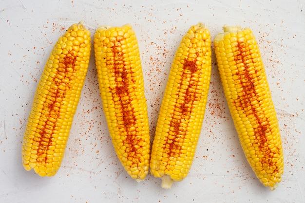 Bovenaanzicht maïs met chili poeder